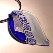 Glasblatt blau mit Blattsilber 70x40mm an einem schwarzen Band