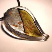Glasblatt crystal mit Blattsilber und Blattgold 70x40mm an einem schwarzen Band