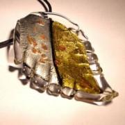 Glasblatt Crystal gezackt  mit Blattsilber und Blattgold 70x40mm an einem schwarzen Band