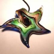 Glasseestern blau multicolor mit Blattsilber 50x55mm an einem schwarzen Band