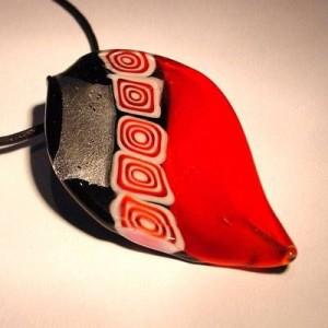 Glasblatt rot mit Blattsilber 70x40mm an einem schwarzen Band